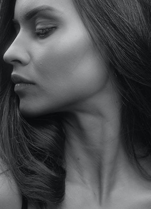 Darmowe zdjęcie z galerii z cielisty, czarno-biały, dziewczyna, femme