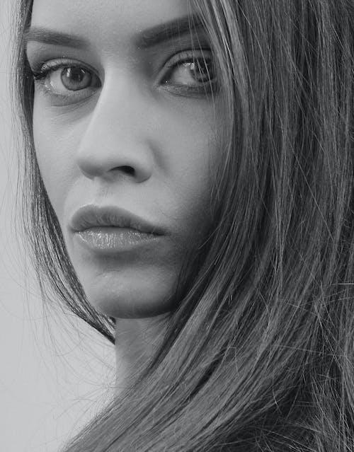 Darmowe zdjęcie z galerii z czarno-biały, dziewczyna, kobieta, ładny