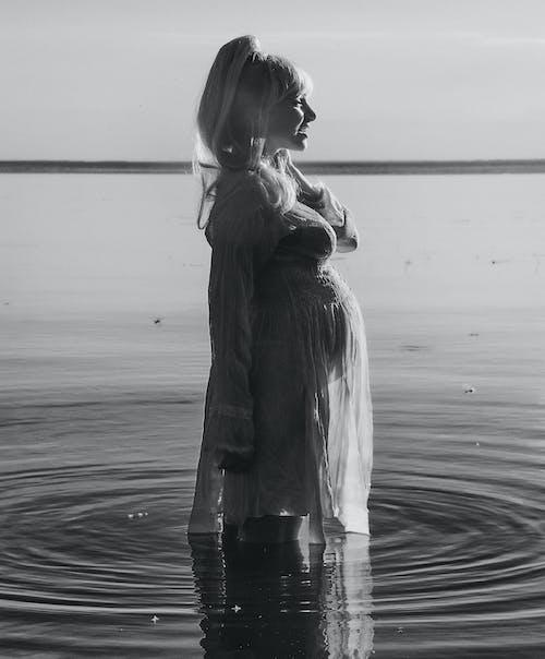 Darmowe zdjęcie z galerii z czarno-biały, dziecko, dziewczyna, jezioro
