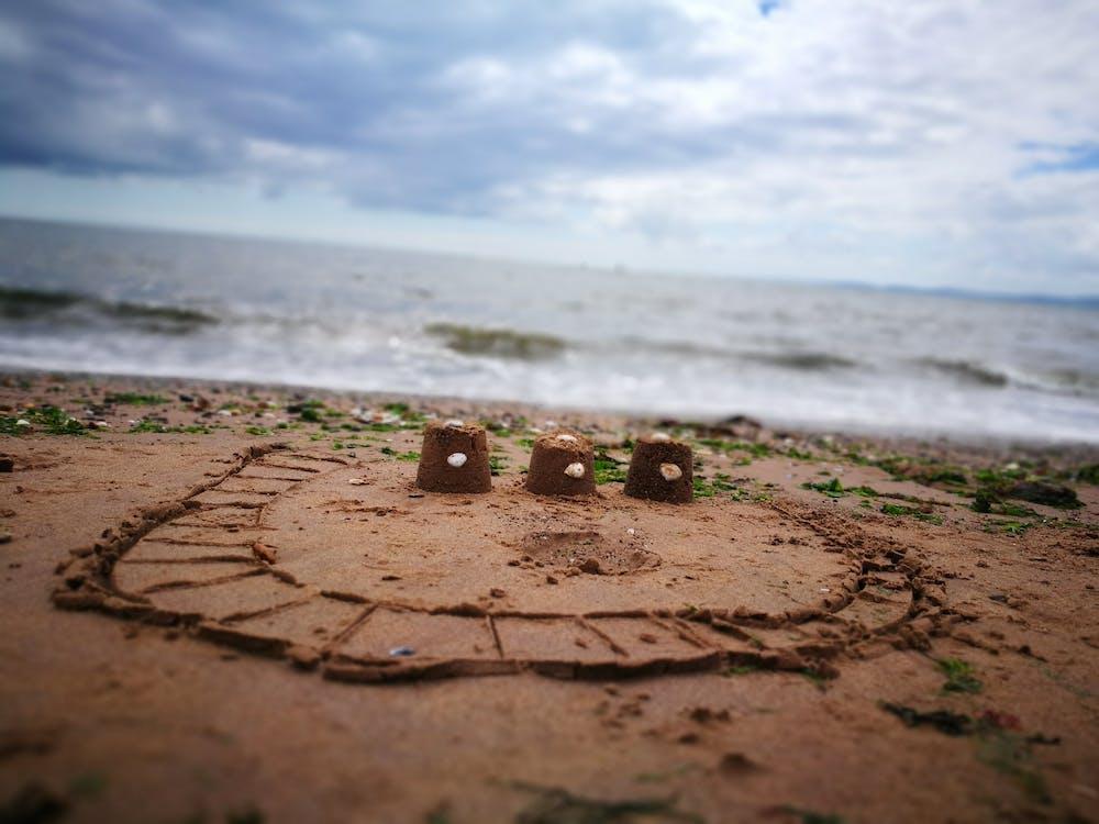 hrad z písku, lastury, moře
