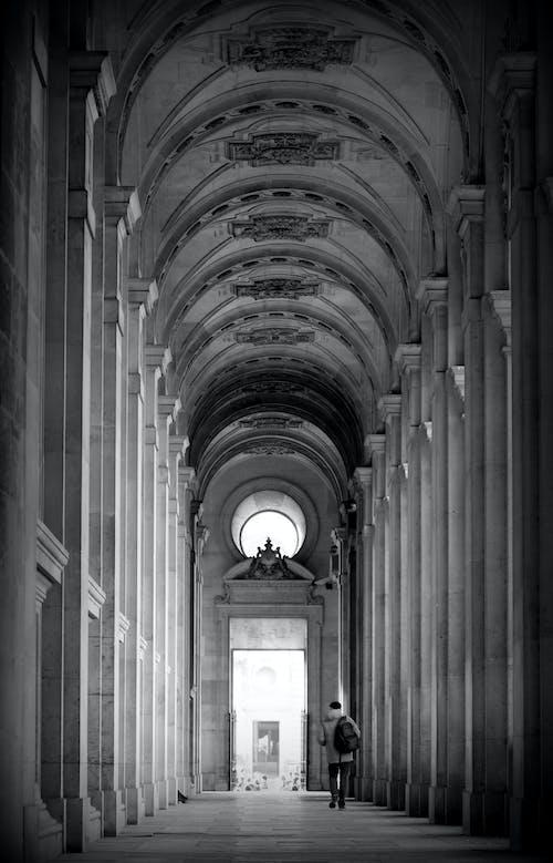 Foto profissional grátis de andando, arquitetura, caminhando