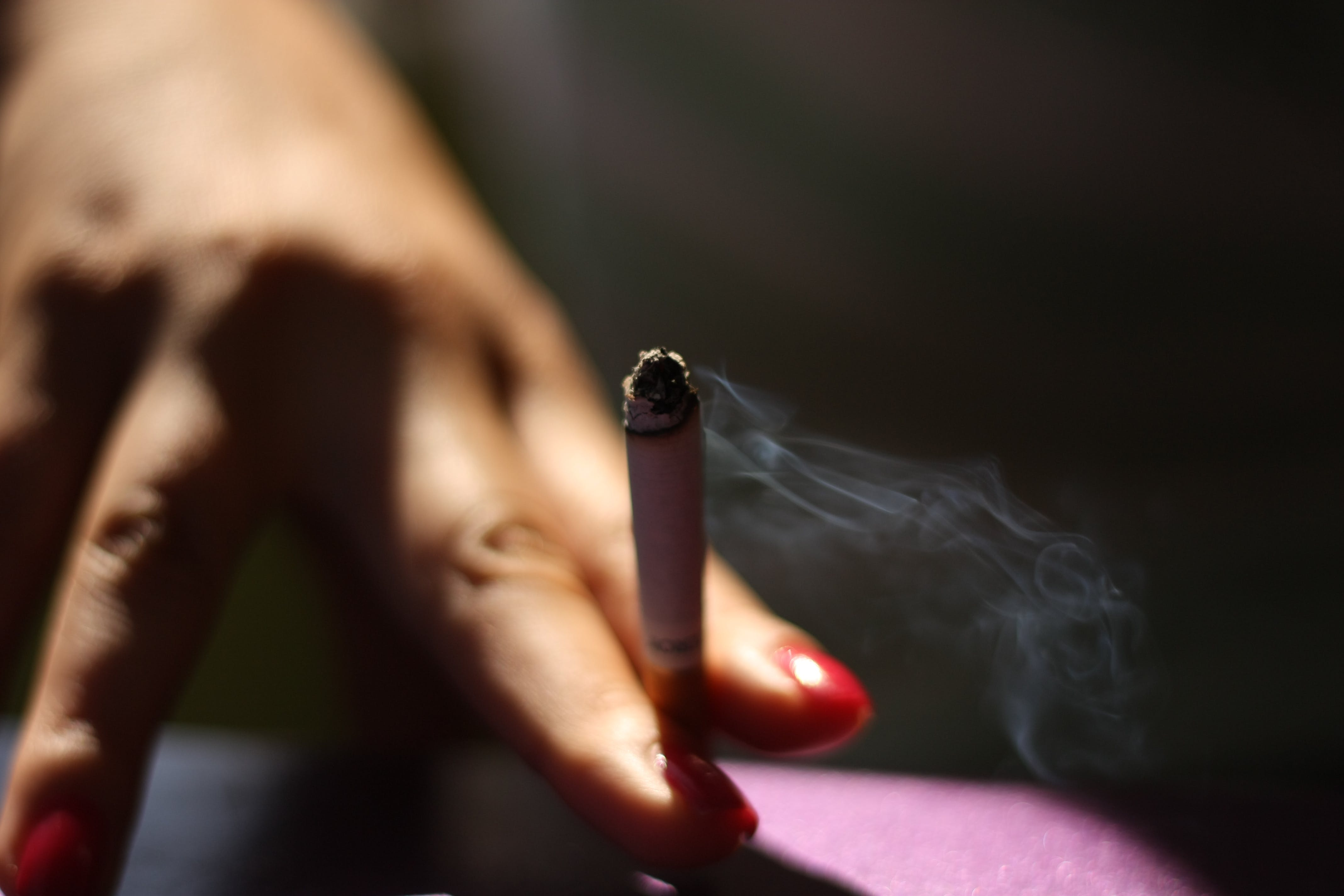Základová fotografie zdarma na téma cigareta, doutník, hřebíky, krásná ruka