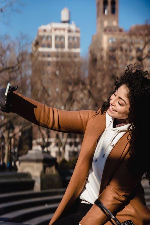 açık hava, adım atmak, akıllı telefon içeren Ücretsiz stok fotoğraf