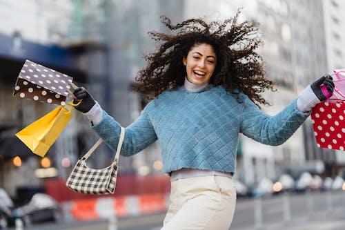 休閒, 公共, 咖啡色頭髮的女人 的 免費圖庫相片