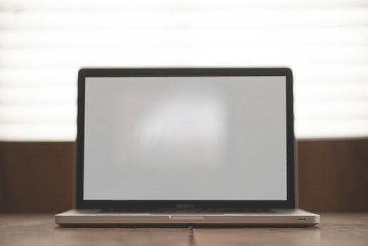 Kostenloses Stock Foto zu apfel, schreibtisch, laptop, macbook