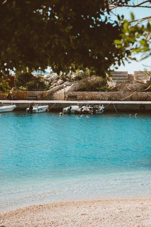 Foto profissional grátis de água azul-turquesa, ancorado, areia
