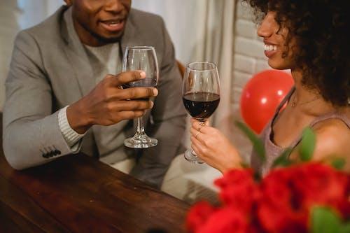 Kostenloses Stock Foto zu afro, afroamerikanerpaar, alkohol