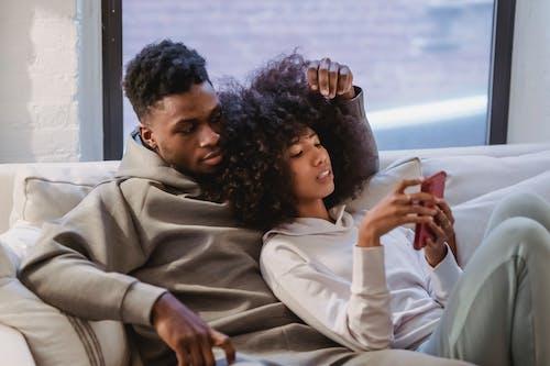 Photos gratuites de à l'intérieur, affection, afro