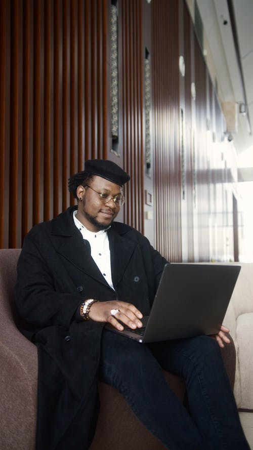 Δωρεάν στοκ φωτογραφιών με laptop, απομακρυσμένη εργασία, αφροαμερικανός άντρας