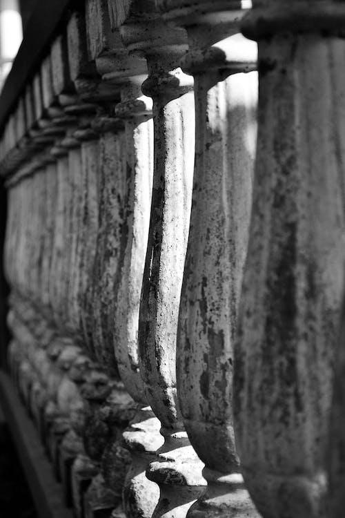 회색과 검은 색 콘크리트 기둥