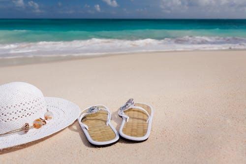 Gratis arkivbilde med bølger, ferie, flippflopper, hatt