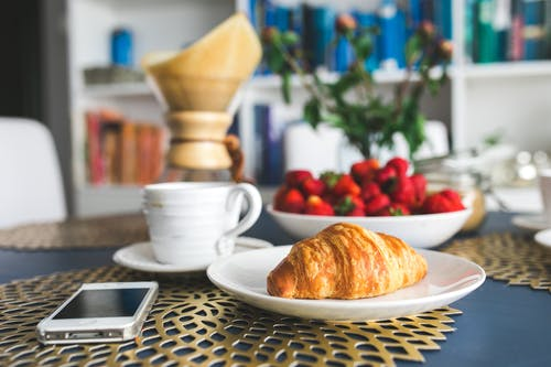 咖啡, 智慧手機, 杯子, 牛角麵包 的 免費圖庫相片