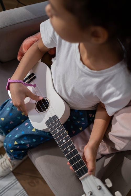 兒童, 四弦琴, 垂直拍摄 的 免费素材图片