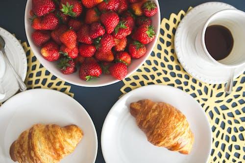 Foto stok gratis bermentega, buah-buahan, cangkir, croissant
