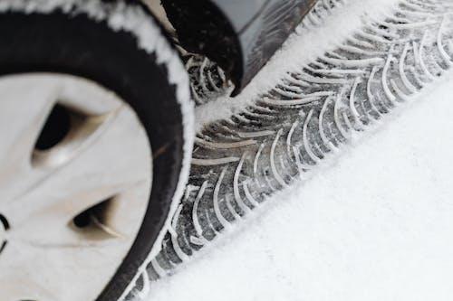 Stopa pneumatiky ve sněhu