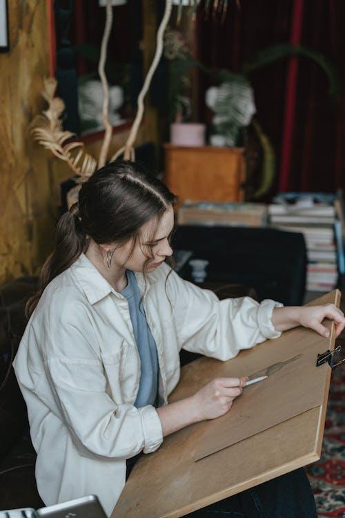 Darmowe zdjęcie z galerii z biznes, dorosły, drewno, dziewczyna