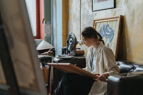 Darmowe zdjęcie z galerii z dorosły, kawa, kobieta, koncentracja