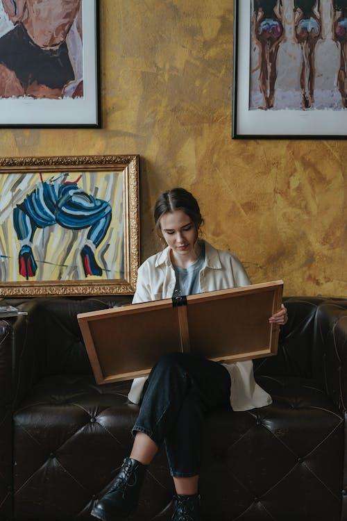 Darmowe zdjęcie z galerii z dorosły, kobieta, krzesło, ludzie