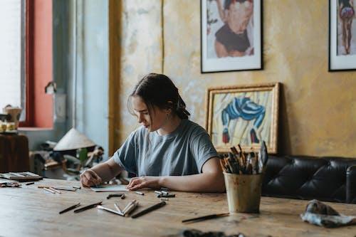 Darmowe zdjęcie z galerii z dorosły, edukacja, kobieta, koncentracja