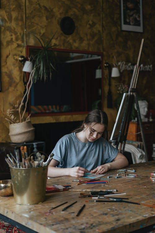 Darmowe zdjęcie z galerii z dorosły, kobieta, koncentracja, kreatywność