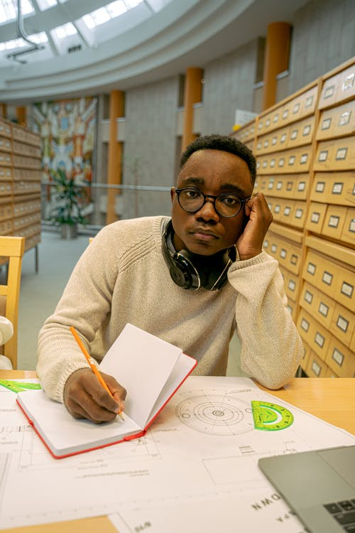 Δωρεάν στοκ φωτογραφιών με ακουστικά, αφροαμερικανός άντρας, Γραφή