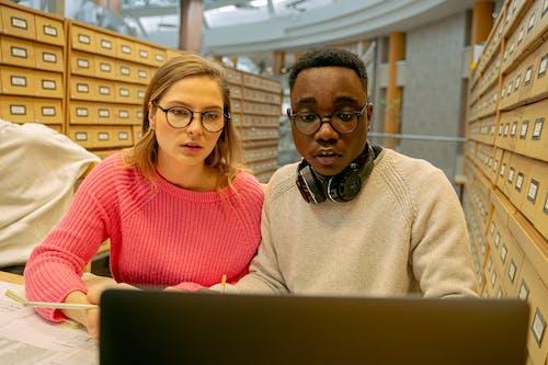 Kostenloses Stock Foto zu afroamerikanischer mann, brille, brillen