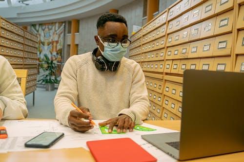 Δωρεάν στοκ φωτογραφιών με laptop, ακουστικά, αφροαμερικανός άντρας