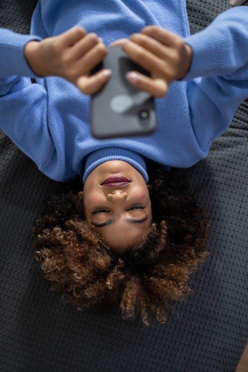 Ảnh lưu trữ miễn phí về áo len màu xanh, Công nghệ, điện thoại thông minh