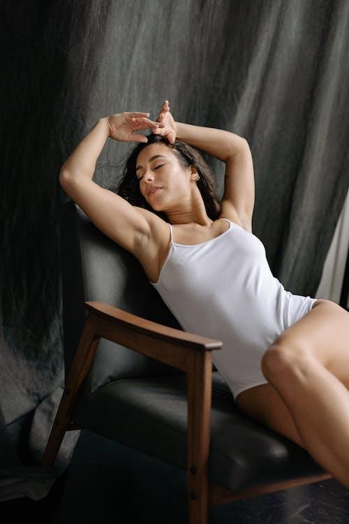 單人沙發, 女人, 扶手椅 的 免费素材图片