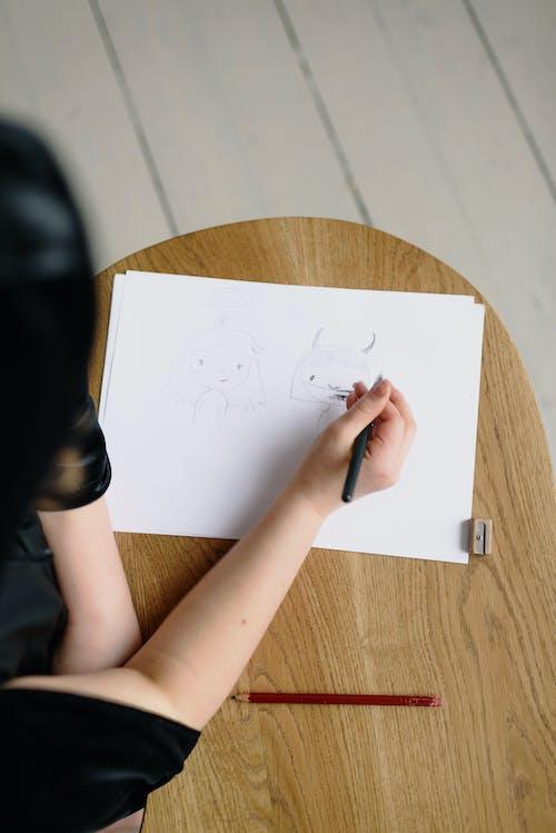 Kostnadsfri bild av flicka, händer, konstverk