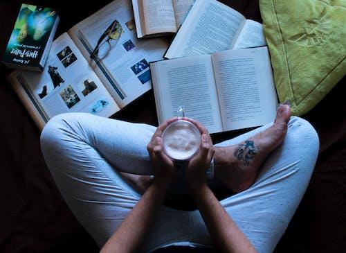 Fotos de stock gratuitas de amante de libros, chocolate caliente, descansar