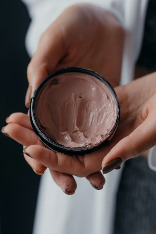 Ingyenes stockfotó bőrápoló termék, függőleges, kézben tart témában