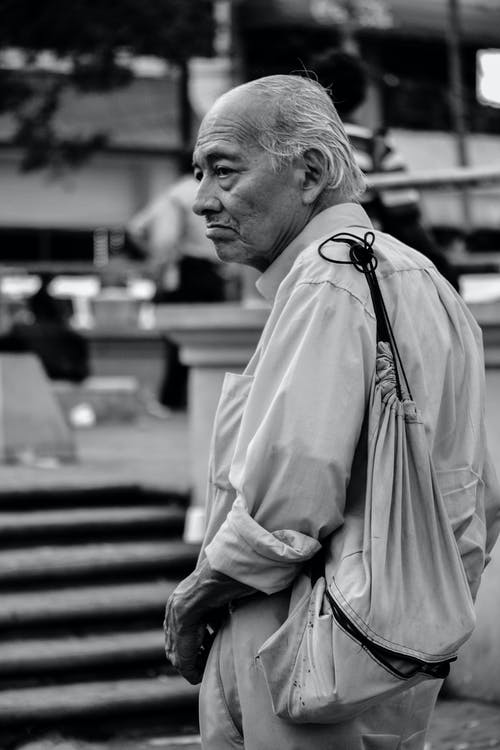 Foto profissional grátis de alforje, Bolsa, cabelo grisalho