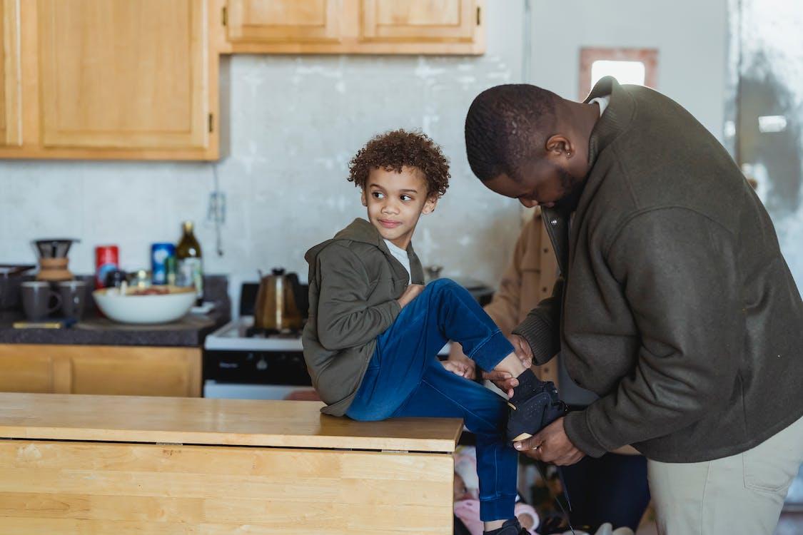 Gratis stockfoto met aanbiddelijk, aandoen, afro-amerikaanse jongen