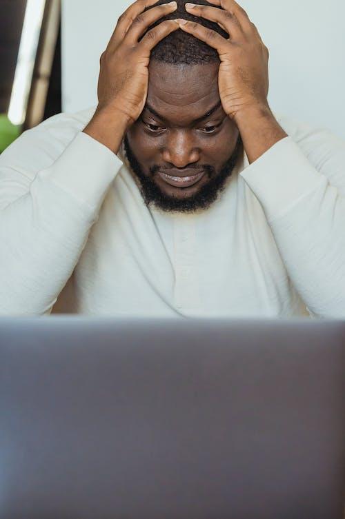 Kostenloses Stock Foto zu afroamerikanischer mann, allein, arbeitsplatz