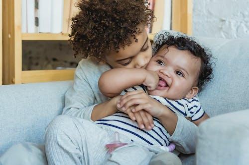 Gratis stockfoto met aanbiddelijk, affectie, Afro-Amerikaans