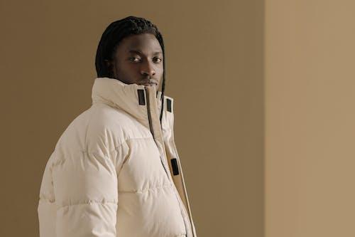 Ingyenes stockfotó bézs háttér, fekete ember, felsőruházat témában