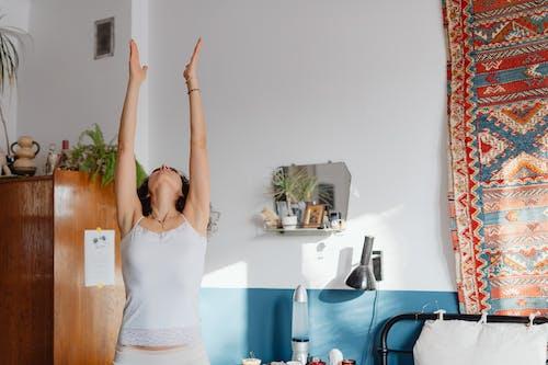 Photos gratuites de bien-être, bras levés, brune