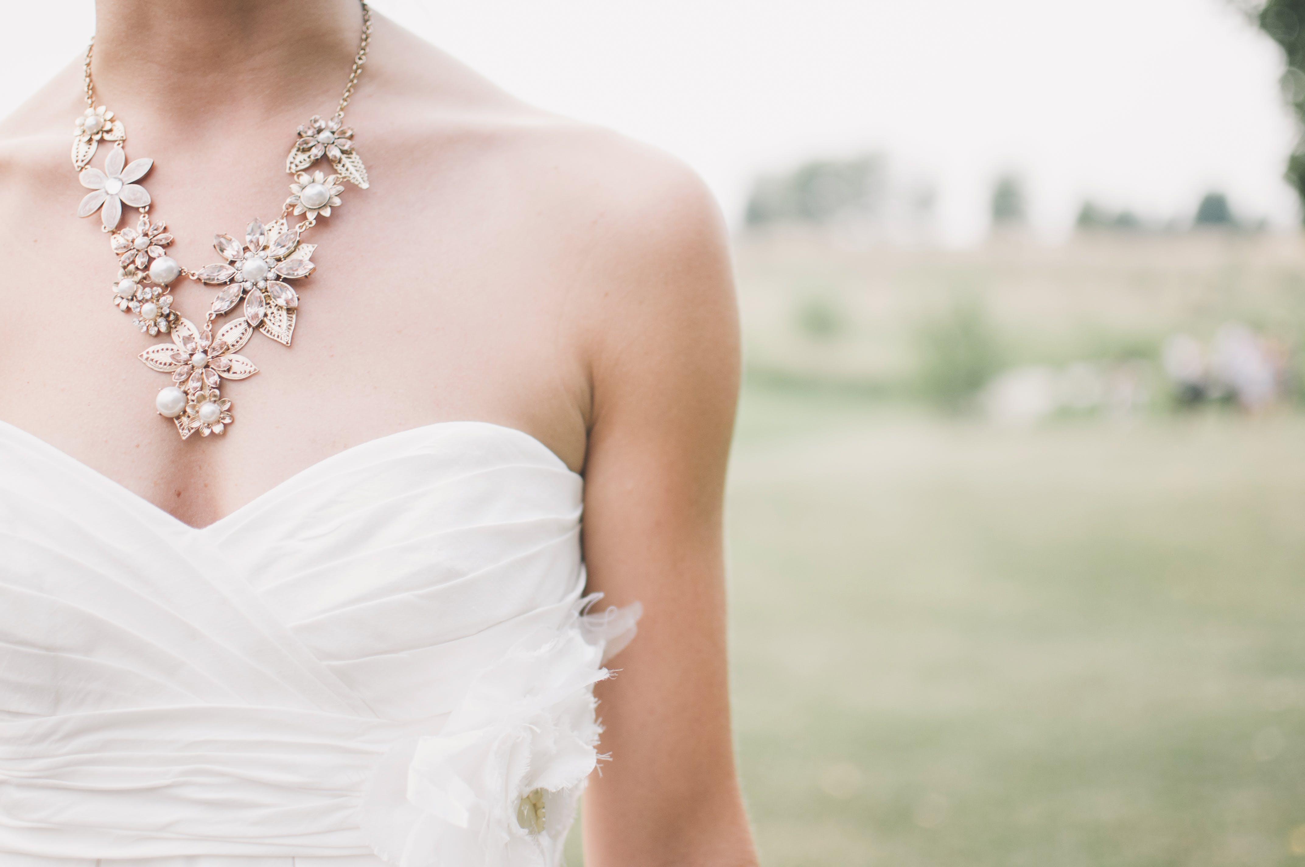 brudekjole, halskæde, hvid kjole