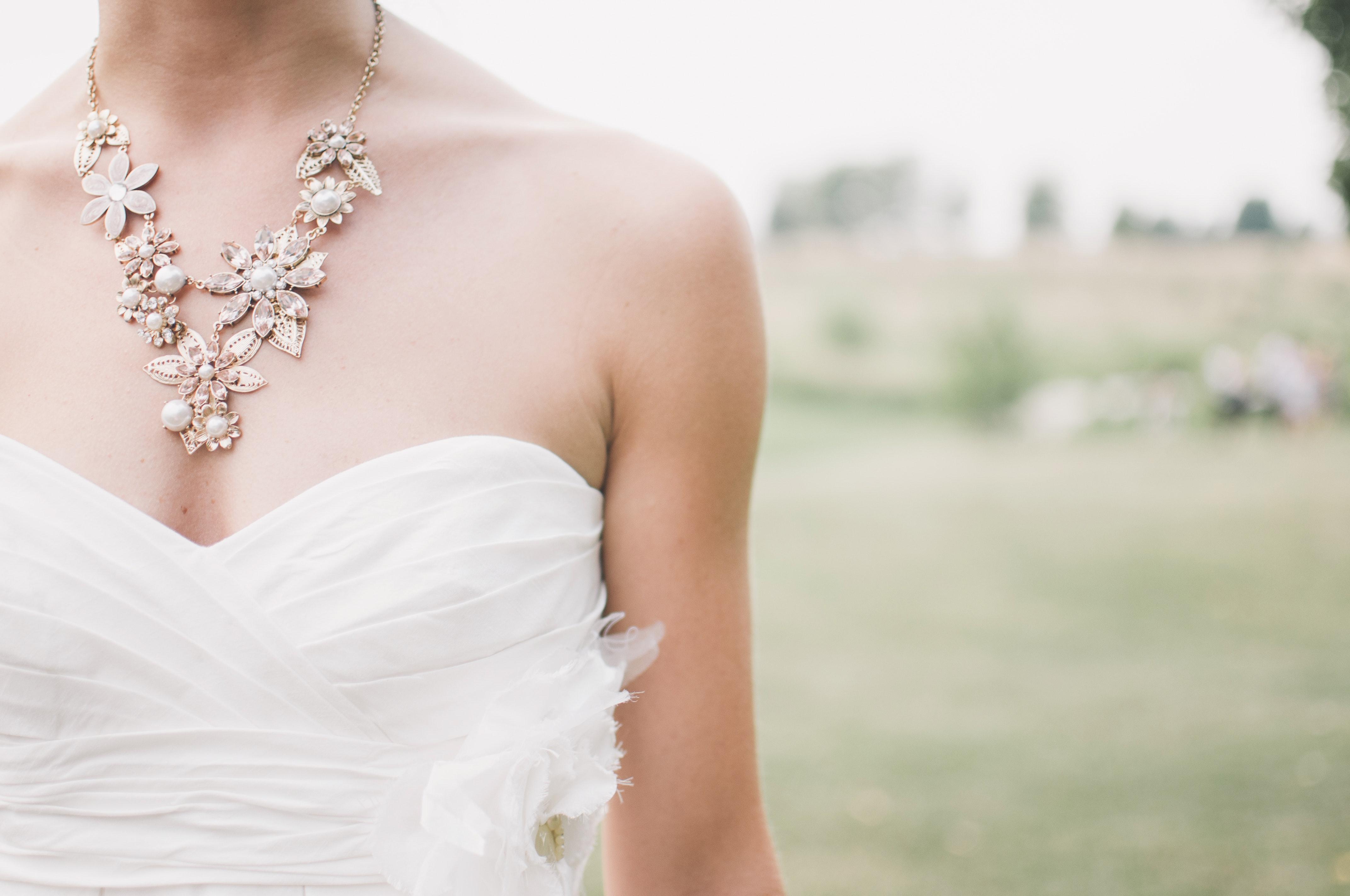Kostenloses Foto zum Thema: frau, halskette, hochzeitskleid