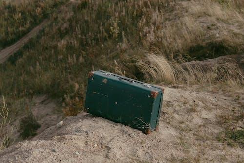 Бесплатное стоковое фото с багаж, земля, металлический чемодан