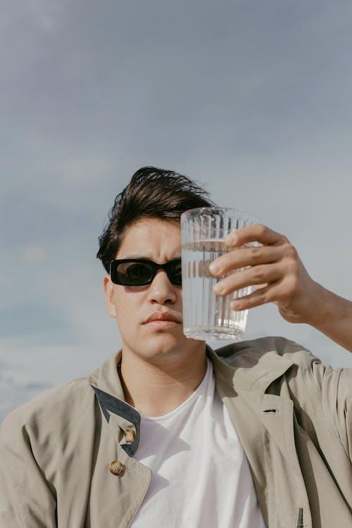 adam, bardak, bulutlar içeren Ücretsiz stok fotoğraf