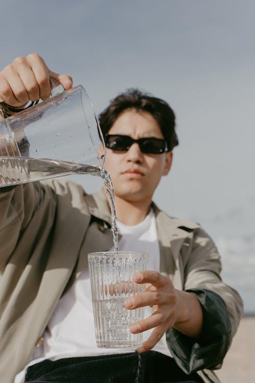 adam, Güneş gözlüğü, ibrik içeren Ücretsiz stok fotoğraf