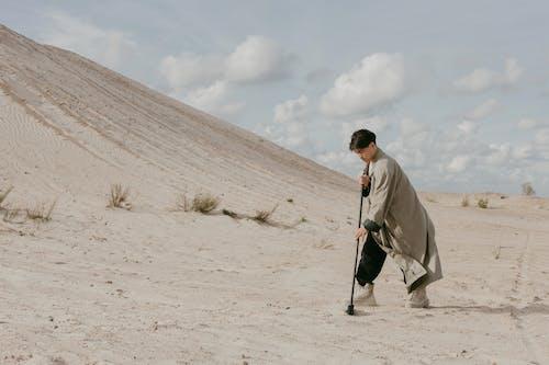 Foto profissional grátis de absurdo, ao ar livre, areia