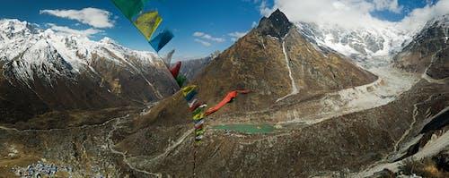 Photos gratuites de aventure, chaîne de montagnes, drapeaux