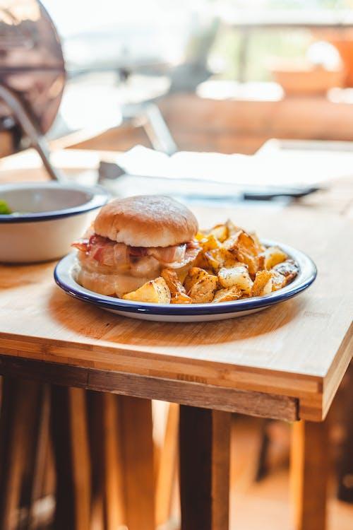 Ingyenes stockfotó asztal, beltéri, burger témában