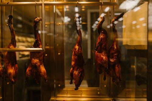 висящая утка по пекински сквозь стекло