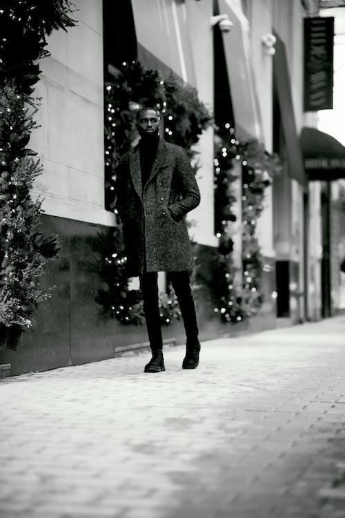 Fotos de stock gratuitas de abrigo, adulto, blanco y negro