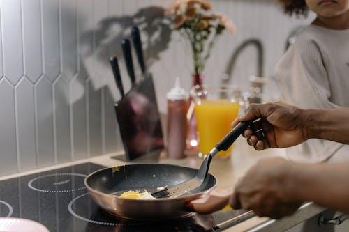 一个人煮鸡蛋的特写镜头