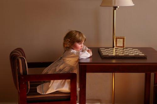 Darmowe zdjęcie z galerii z biurko, drewno, dziecko, dziewczyna